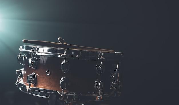 Close de uma caixa de instrumentos de percussão em um fundo escuro com bela iluminação