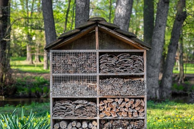 Close de uma casa bioecológica artificial para uma espécie de abelha e inseto na natureza