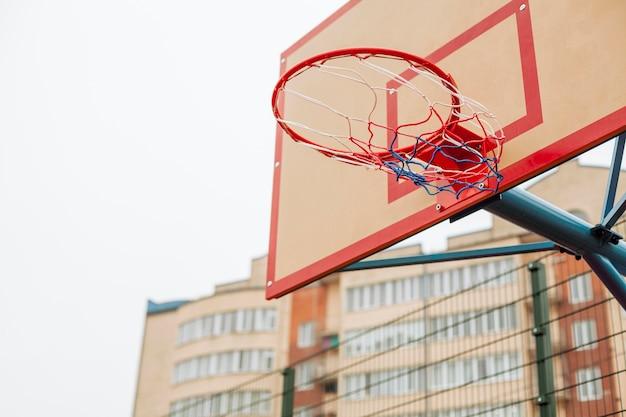 Close de uma cesta de basquete