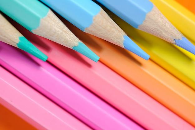 Close de uma coleção de lápis coloridos