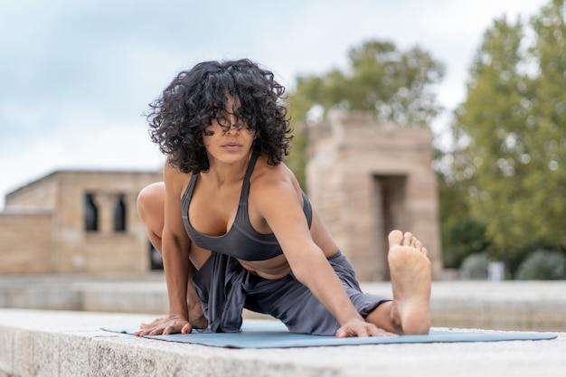 Close de uma espanhola praticando ioga ao ar livre