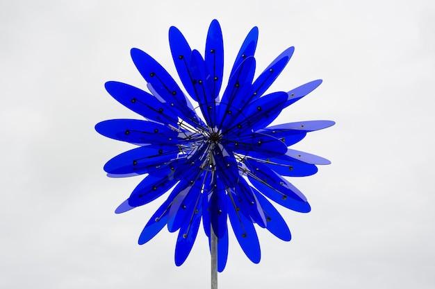 Close de uma flor decorativa feita de metal e plástico