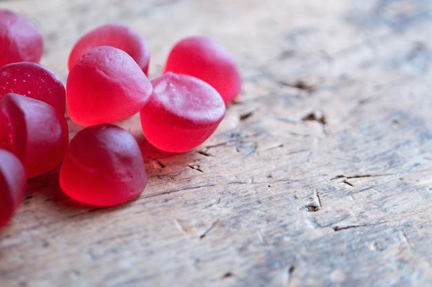 Close de uma geléia de geleia vermelha em uma mesa de madeira