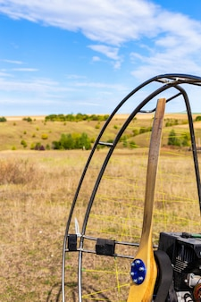 Close de uma hélice com um motor de parapente