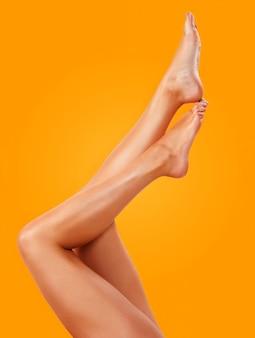 Close de uma jovem mulher bronzeada pernas