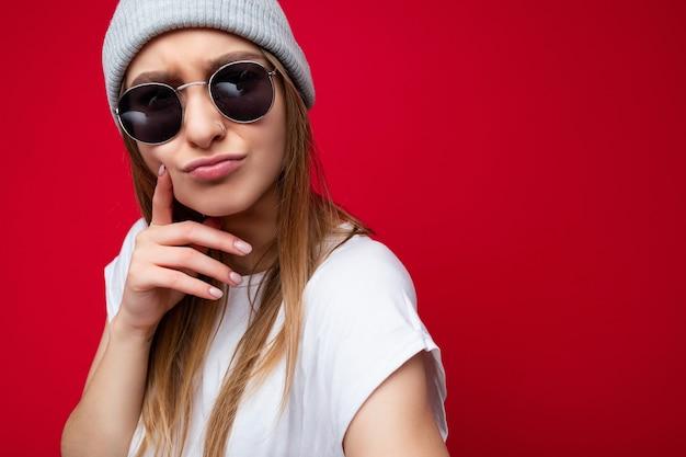 Close de uma jovem mulher loira morena bonita positiva pensativa emocional com emoções sinceras