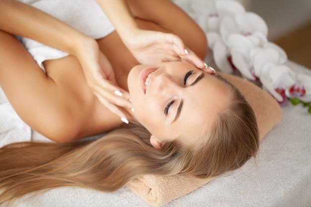 Close de uma jovem recebendo tratamento de spa