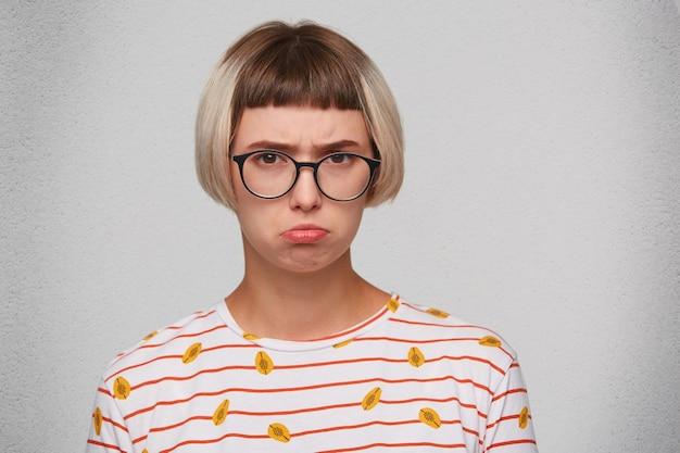 Close de uma jovem sorridente usando uma camiseta listrada