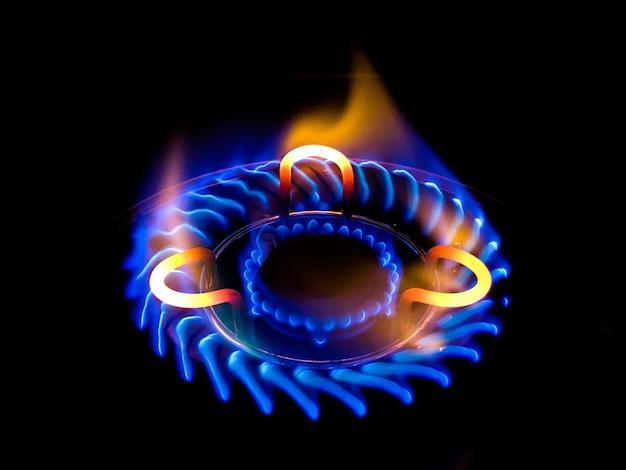 Close de uma linda chama azul em um fogão a gás