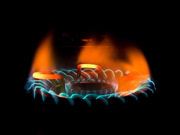 Close de uma linda chama verde-azulada em um fogão a gás