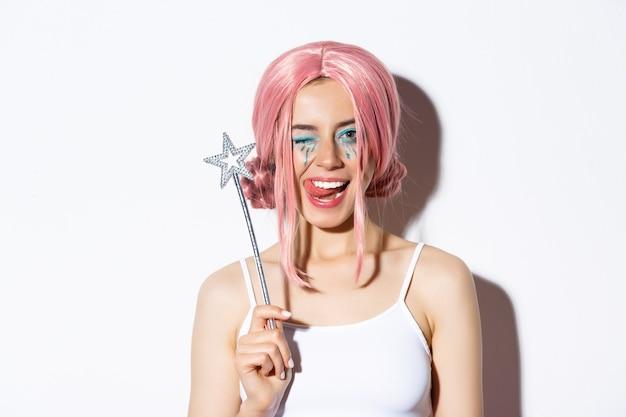 Close de uma linda garota atrevida com peruca rosa