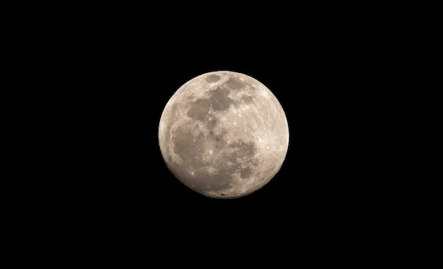 Close de uma lua em sua fase cheia com crateras detalhadas visíveis