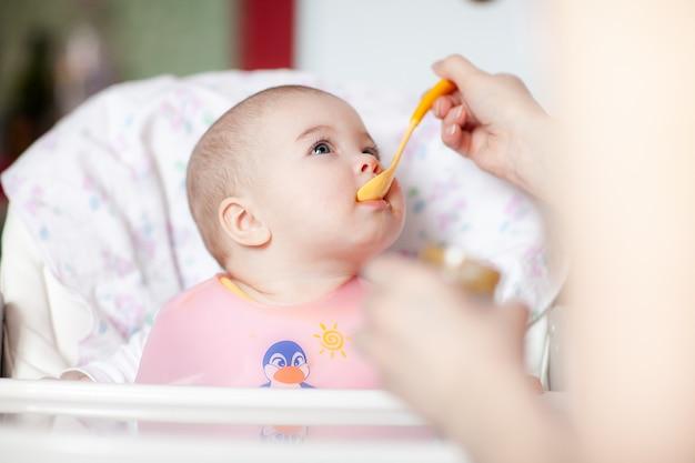 Close de uma mãe alimentando seu bebê