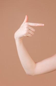 Close de uma mão ensinando linguagem de sinais