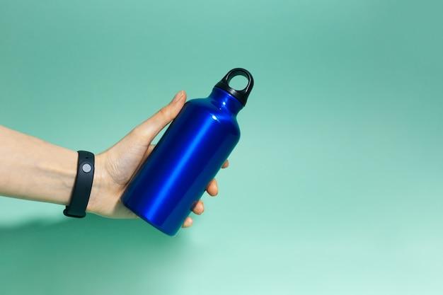 Close de uma mão feminina segurando um material reutilizável