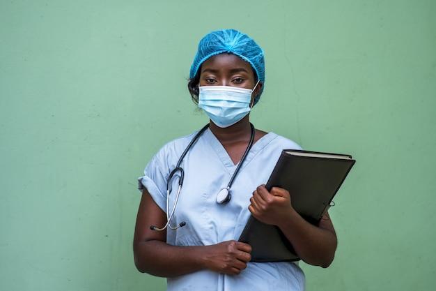 Close de uma médica segurando uma prancheta