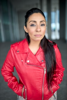 Close de uma menina latina com uma jaqueta vermelha