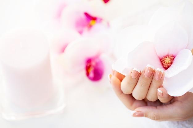 Close de uma mulher demonstrando uma nova manicure