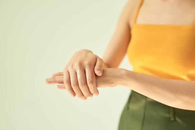 Close de uma mulher esfregando as mãos com desinfetante