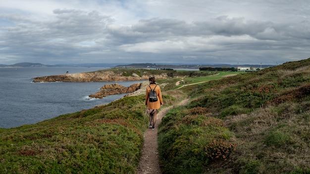 Close de uma mulher estilosa caminhando pela cidade portuária de coruna, na galiza, espanha