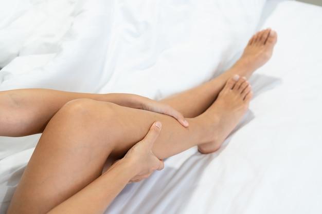 Close de uma mulher relaxando na cama