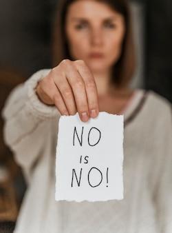 Close de uma mulher segurando uma mensagem de conscientização