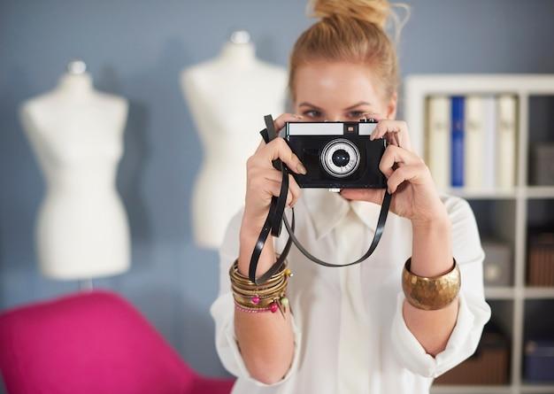Close de uma mulher tirando uma foto