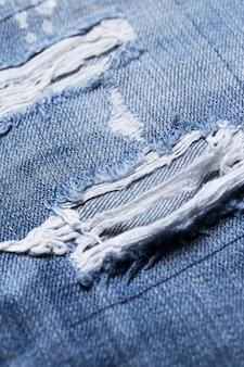 Close de uma parte rasgada de jeans