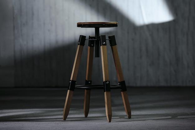 Close de uma pequena mesa de cabeceira de madeira redonda com um fundo desfocado