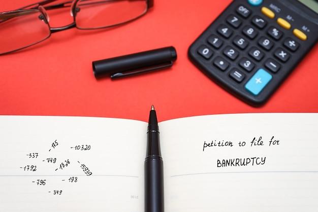 Close de uma petição de falência e caneta