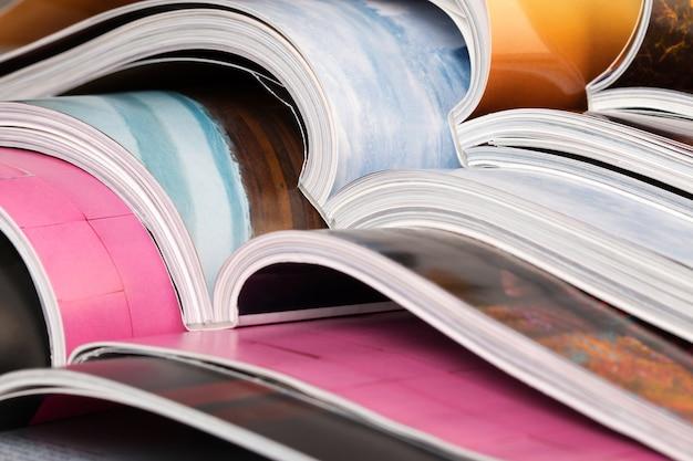 Close de uma pilha de revistas coloridas