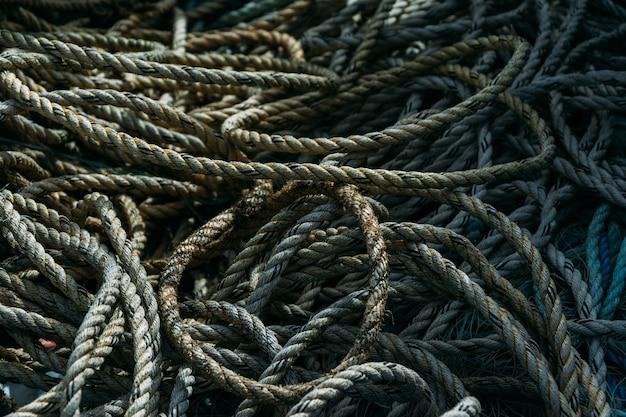 Close de uma pilha de velhas cordas de pesca sob a luz do sol