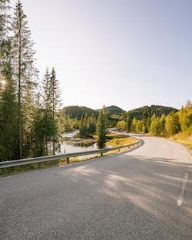 Close de uma rodovia em hjartdal, noruega
