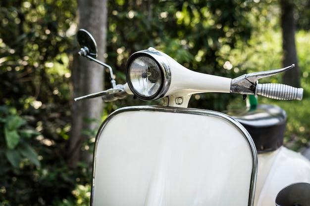Close de uma scooter vintage clássico
