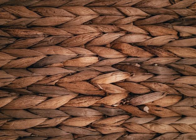 Close de uma superfície feita de palha trançada