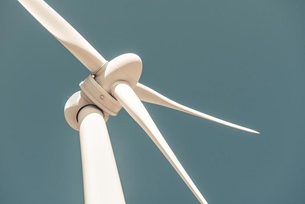 Close de uma turbina eólica produzindo energia alternativa