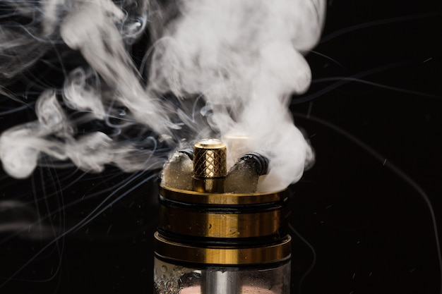 Close de vapor com fumaça em um fundo preto