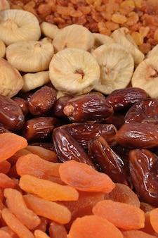 Close de várias frutas secas