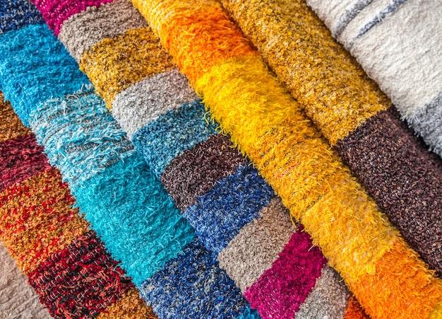 Close de várias peças de roupas multicoloridas lado a lado