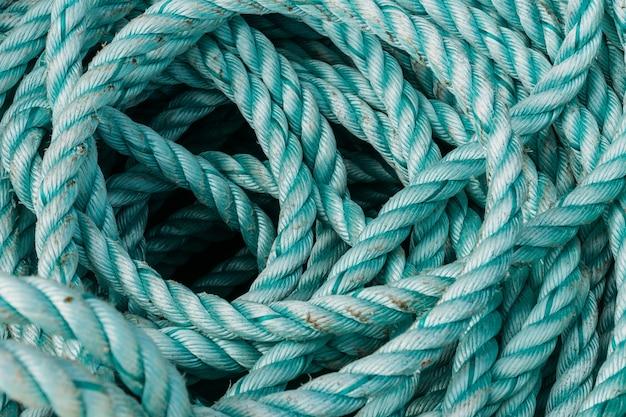 Close de velhas cordas de pesca sob a luz do sol