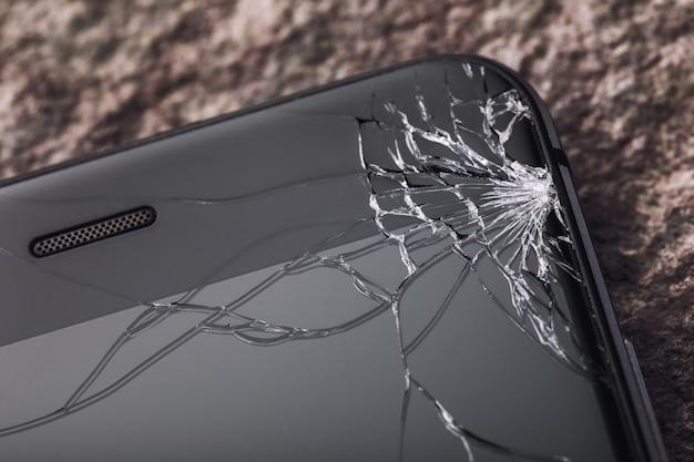 Close de vidro quebrado na tela do telefone