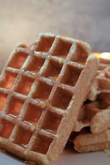 Close de waffle com mel