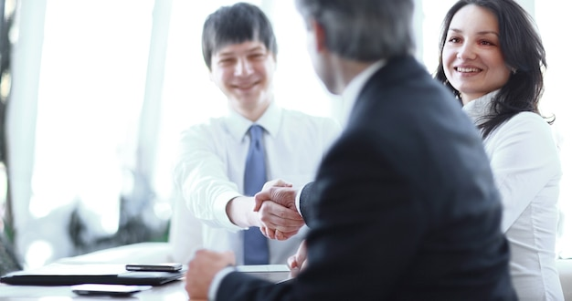 Close do aperto de mão de parceiros de negócios em uma reunião de negócios