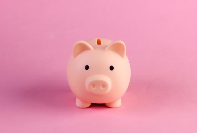 Close do banco piiggy em um pastel rosa