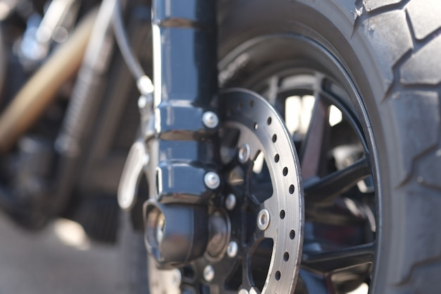 Close do disco de freio de metal na roda da motocicleta