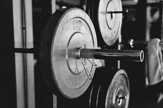 Close do equipamento de levantamento de peso em preto e branco