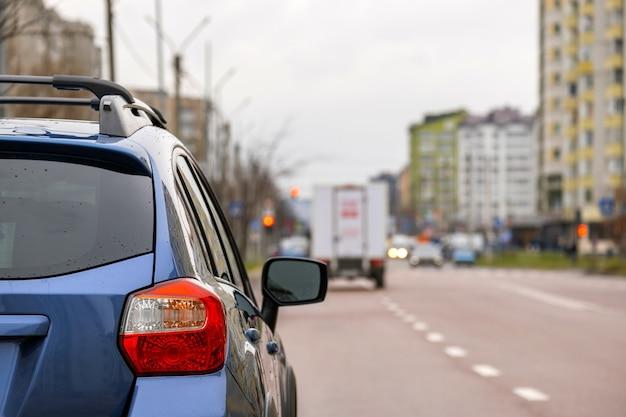 Close do farol traseiro do novo carro limpo estacionado em uma rua da cidade.