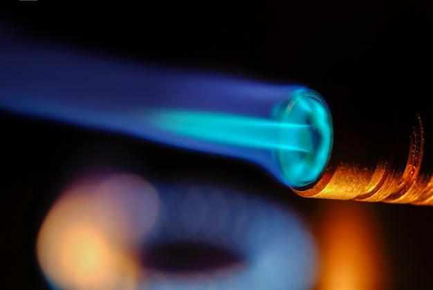 Close do fogo e chamas em um fundo preto, close do maçarico do incêndio