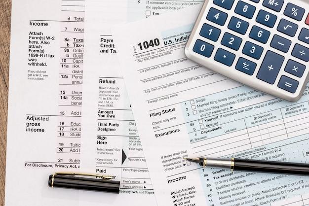 Close do formulário fiscal 1040 com caneta