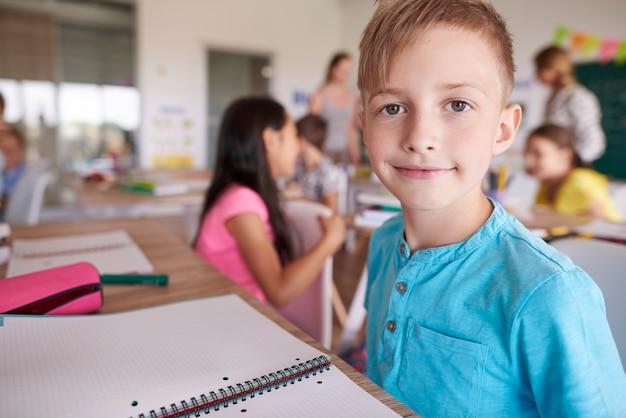 Close do menino na sala de aula